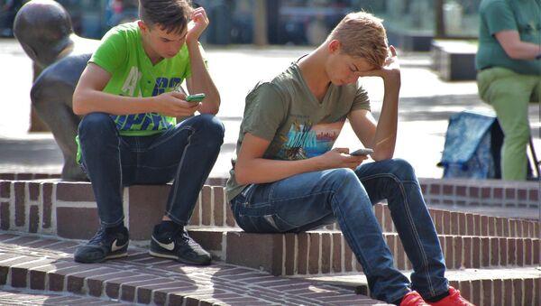 Giovani seduti sulle scale - Sputnik Italia