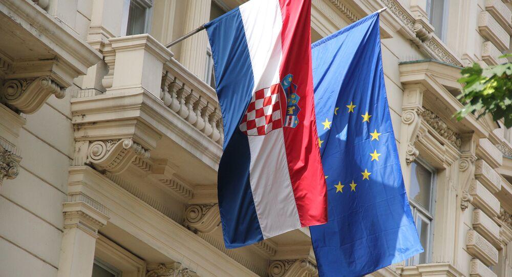 Bandiera della Croazia accanto a quella dell'UE