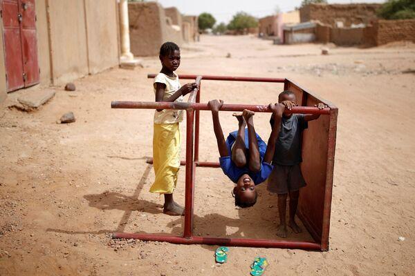 Bambini giocano in una via di Gao, Mali. - Sputnik Italia