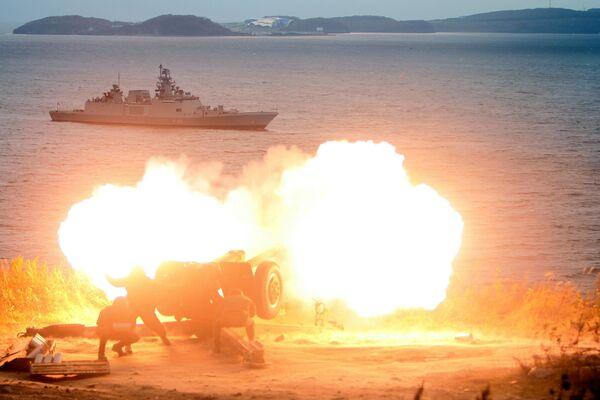 Fuoco artiglieristico durante l'arrivo della fregata della Marina militare indiana Saptur a Vladivostok per partecipare alle esercitazioni russo-indiane Indra-2017. - Sputnik Italia