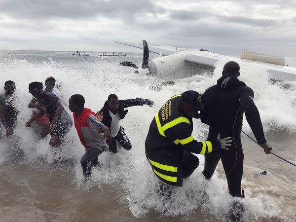 Soccorritori tirano dal mare i relitti del cargo schiantatosi vicino all'aeroporto di Abidjan, Costa d'avorio. - Sputnik Italia