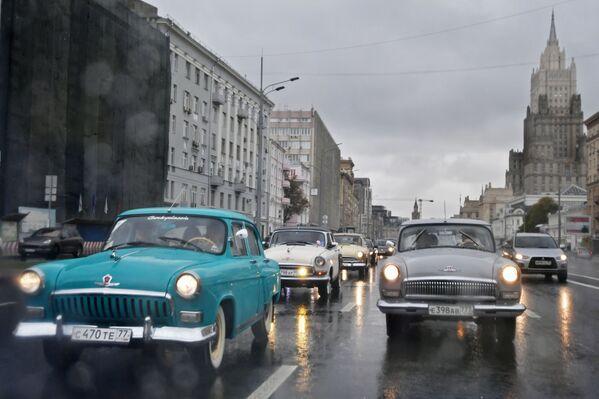 Le auto GAZ-21 Volga durante una corsa nelle vie di Mosca. - Sputnik Italia