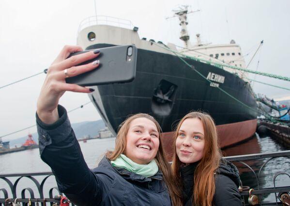 Ragazze si fanno foto di fronte al museo-rompighiaccio Lenin a Murmansk, Russia. - Sputnik Italia