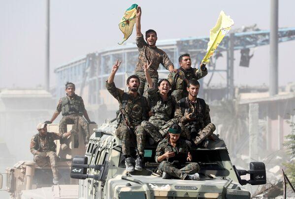 Militanti delle Forze democratiche siriane festeggiano la vittoria sulla DAESH a Raqqa, Siria. - Sputnik Italia