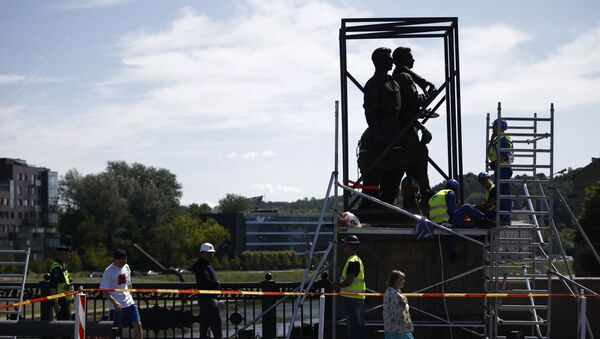 Smantellamento di un monumento sovietico in Lituania - Sputnik Italia