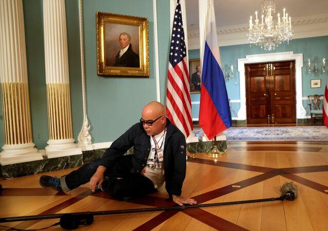 Un rappresentante dei media aspetta l'inizio della conferenza stampa del segretario di stato Rex Tillerson e il ministro degli Esteri russo Sergei Lavrov. (foto d'archivio)