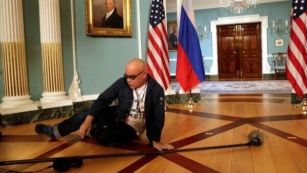 Un rappresentante dei media aspetta l'inizio della conferenza stampa del segretario di stato Rex Tillerson e il ministro degli Esteri russo Sergei Lavrov. (foto d'archivio) - Sputnik Italia