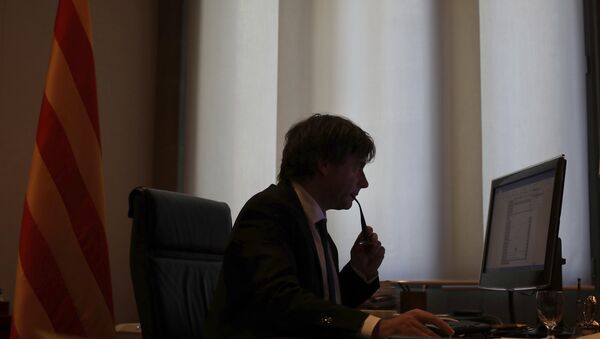 Catalan regional President Carles Puigdemont works on his speech at his desk inside the Palau de la Generalitat in Barcelona, Spain, Tuesday Oct. 10, 2017, which is the seat of the Catalan government. - Sputnik Italia