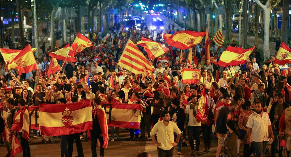 Manifestanti che si oppongono all'indipendenza