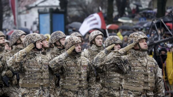 Soldiers from the Latvian army salute as they march during Independence Day military parade in Riga, Latvia, November 18, 2015 - Sputnik Italia