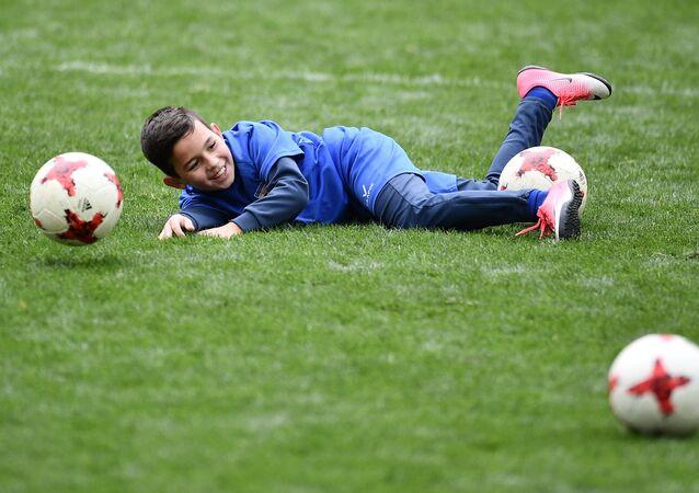 Un bambino gioca a calcio