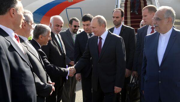 Президент России Владимир Путин на церемонии во время встречи в аэропорту Тегерана - Sputnik Italia