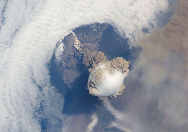 Foto satellitare di eruzione vulcanica