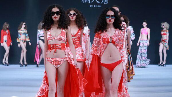Modelle alla sfilata di E. Lau alla China Fashio Week a Pechino. - Sputnik Italia