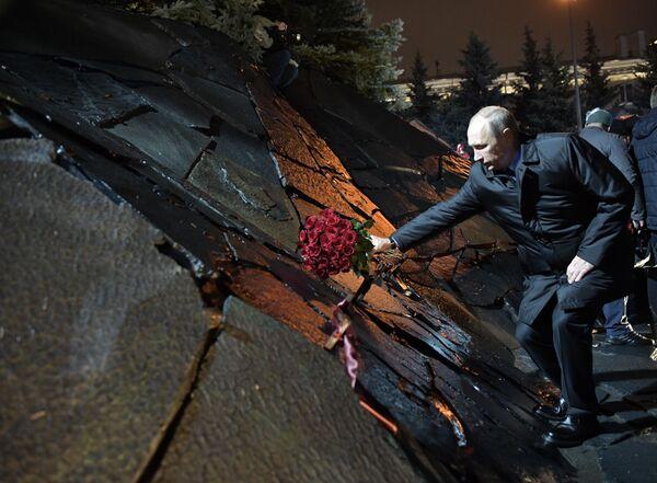 Il presidente russo Vladimir Putin all'innaugurazione del monumento Muro del cordoglio a Mosca dedicato alle vittime delle repressioni. - Sputnik Italia