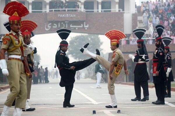 Rangers pakistani e guardie frontiere a una cerimonia alla frontiera tra il Pakistan e l'India. - Sputnik Italia