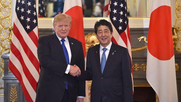 Donald Trump e Shinzo Abe - Sputnik Italia