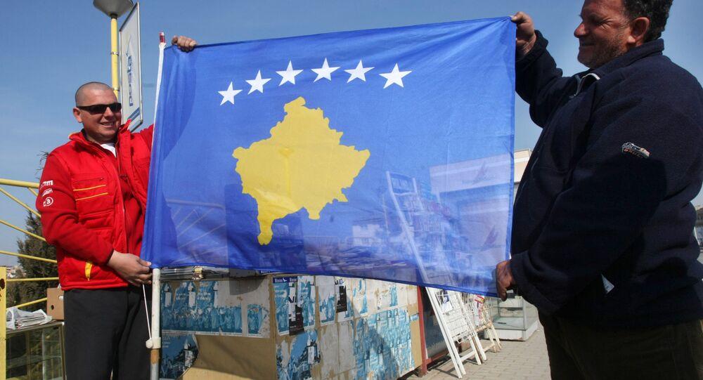 Le bandiere del Kossovo e della Serbia