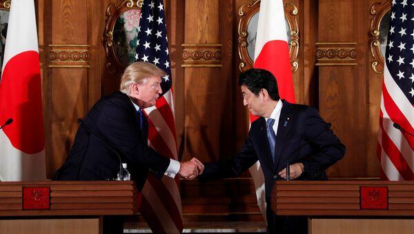 U.S. President Donald Trump and Japan's Prime Minister Shinzo Abe shake hands during a news conference at Akasaka Palace in Tokyo, Japan, November 6, 2017 - Sputnik Italia