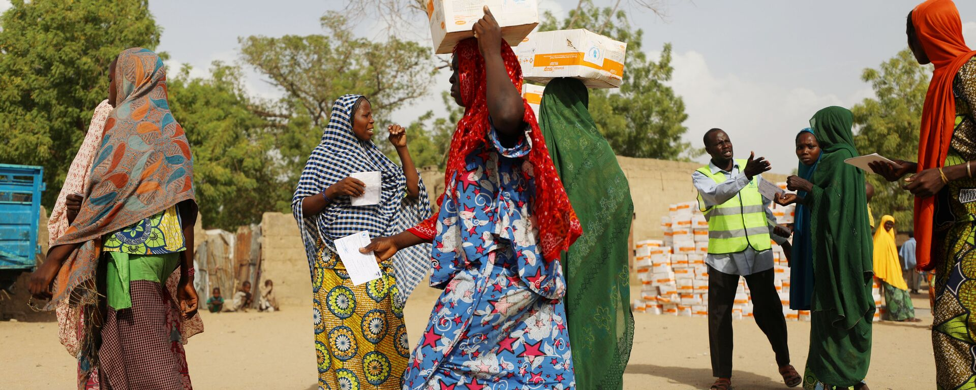 Women carry food supplement received from World Food Programme (WFP) at the Banki IDP camp, in Borno, Nigeria April 26, 2017 - Sputnik Italia, 1920, 05.05.2021