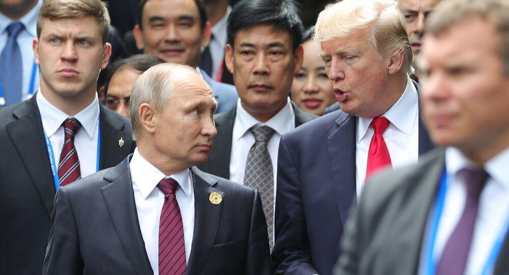 Putin e Trump durante la foto di gruppo dei leader dei paesi partecipanti al summit della cooperazione economica Asia-Pacifico
