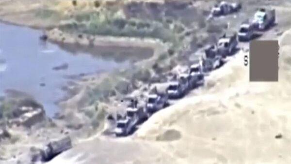Автомобильная колонна боевиков ИГ (запрещена в России), выходящих из Аль-Букемаля в сторону сирийско-иракской границы. 9 ноября 2017 - Sputnik Italia
