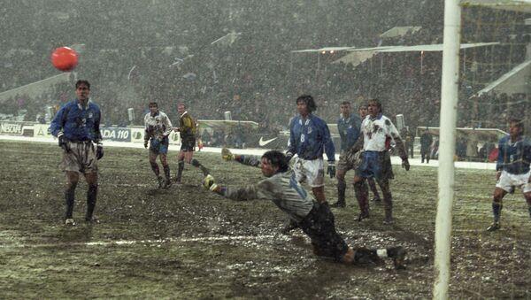 L'esordio di Buffon con l'Italia nel 1998, resta anche l'unica partita giocata da lui in Russia con la maglia azzurra - Sputnik Italia