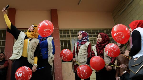 Members from the Rebirth Generation, an internet born group of Iraqi youths who are trying to revive the embattled city of Mosul, pose for a photo as they organise an event to mark Valentine's Day at a school in the eastern part of Mosul on February 14, 2017 - Sputnik Italia