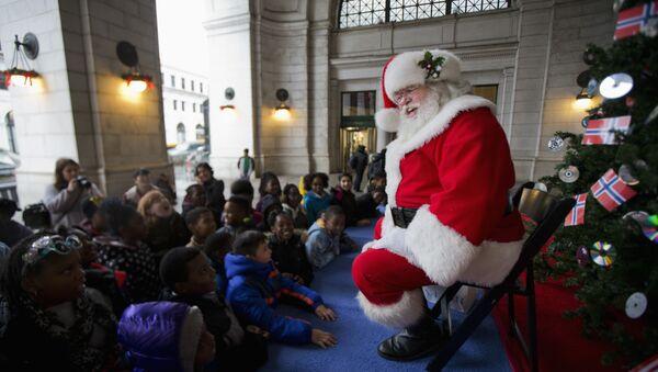 Santa Claus entertains children at the foot of the Norwegian Christmas tree at Union Station in Washington, Tuesday, Dec. 1, 2015 - Sputnik Italia