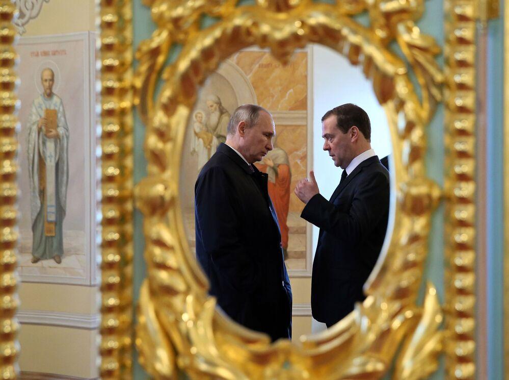 Il presidente russo Vladimir Putin e il primo ministro russo Dmitry Medvedev in visita al cenobio di Nuovo Gerusalemme nella regione di Mosca.