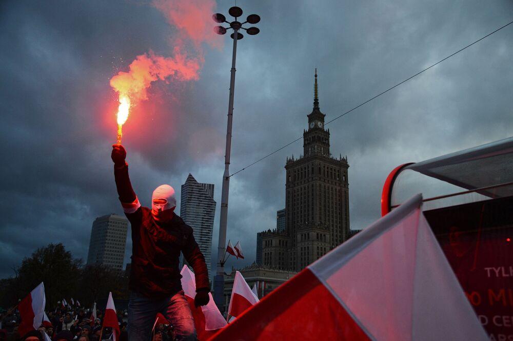 Un partecipante alla marcia per il Giorno dell'Indipendenza della Polonia a Varsavia.