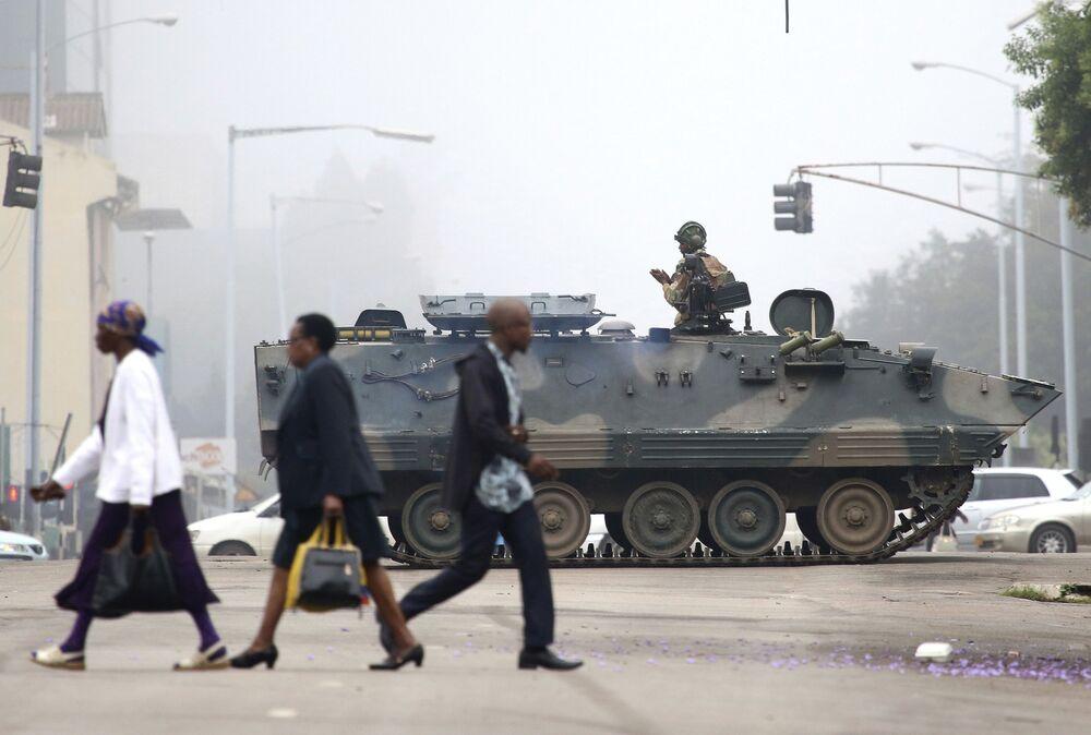 Un soldato nel carro armato pattugliando le vie della città di Harare, Zimbabwe.