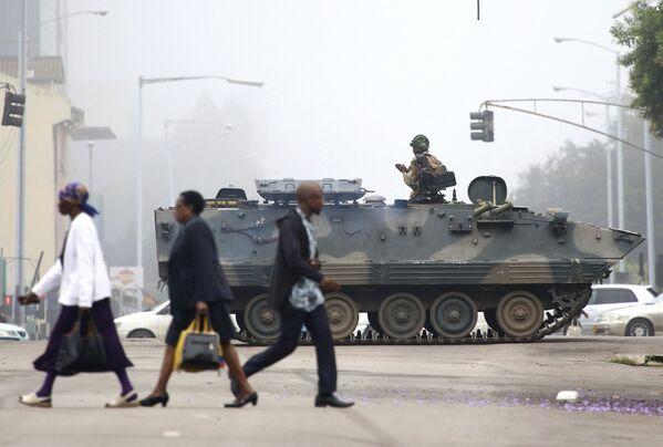 Un soldato nel carro armato pattugliando le vie della città di Harare, Zimbabwe. - Sputnik Italia