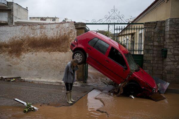 Una donna osserva le conseguenze dell'alluvione ad Atene, Grecia. - Sputnik Italia