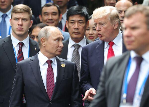 Il presidente russo Vladimir Putin e il presidente USA Donald Trump visti prima di farsi fotografare al vertice dell'APEC. - Sputnik Italia