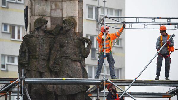 Демонтирование памятника благодарности Красной армии в польском Щецине - Sputnik Italia