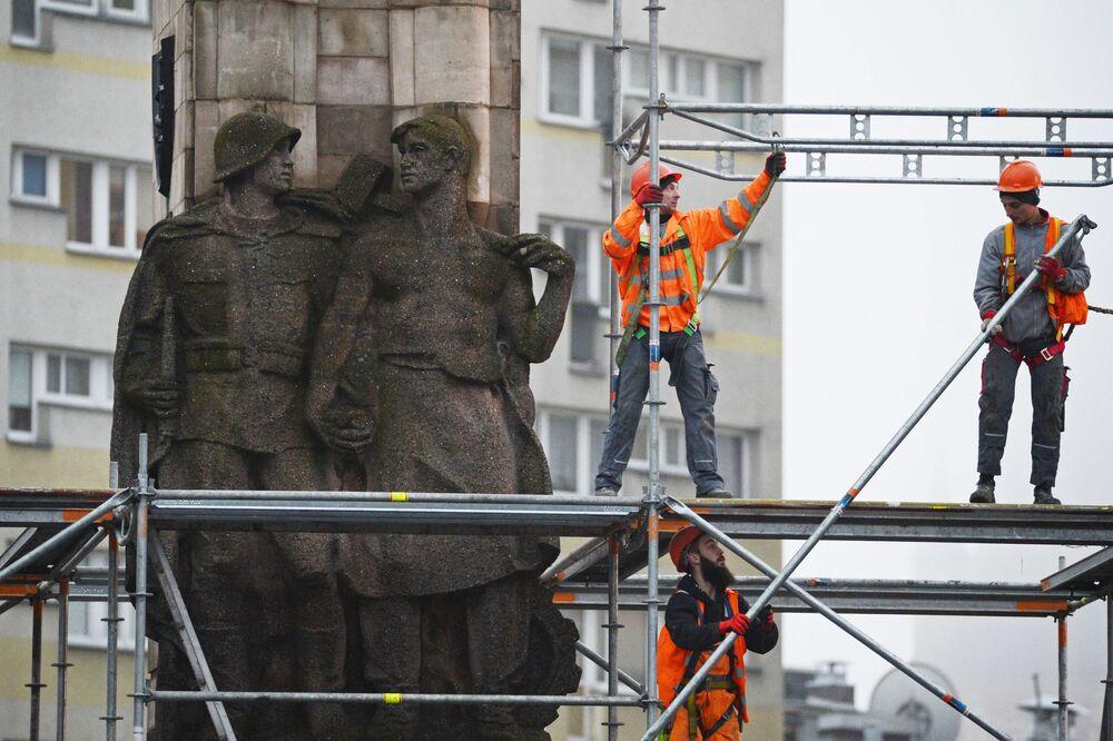 Lo smantellamento del monumento di gratidudine all'Armata Rossa nella città polacca di Stettino.