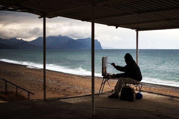 Un artista a una spiaggia di Sebastopoli, Crimea. - Sputnik Italia