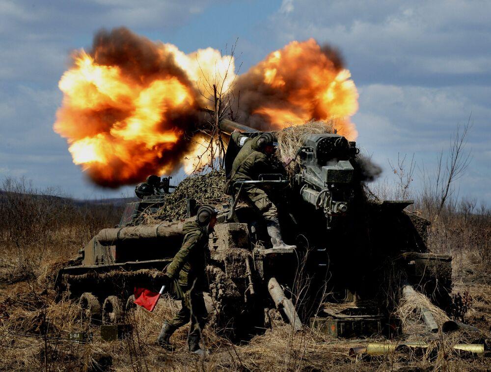 Le esercitazioni dei cannoni d'assalto semoventi 2S5 Giatsint-S.