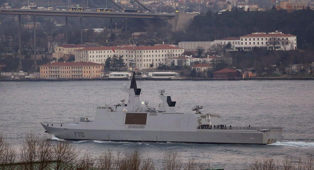 Fregata francese La Fayette attraversa il Bosforo