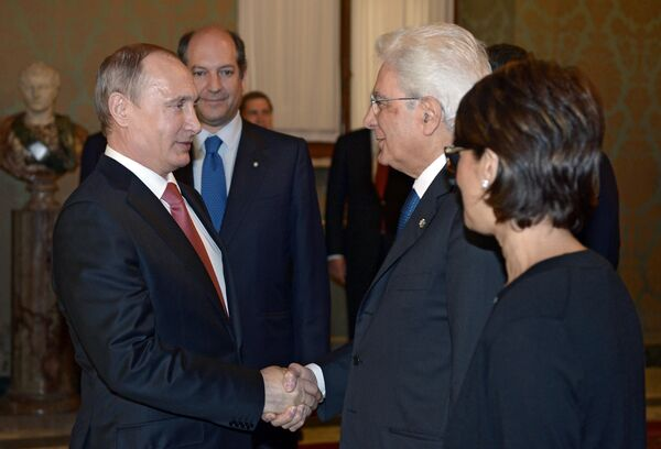 Stretta di mano fra Putin e Mattarella - Sputnik Italia