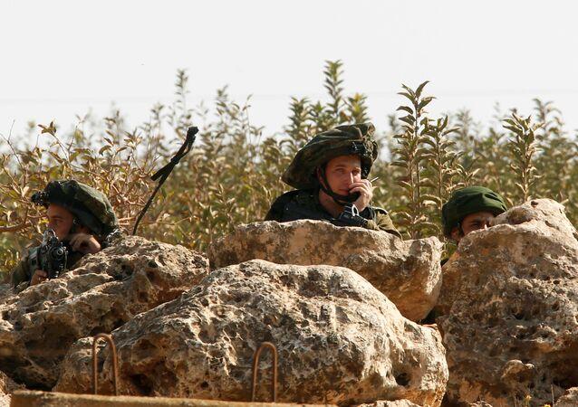 Soldati israeli visti da un villaggio alla frontiera con il Libano.