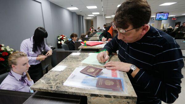 A visitor files papers at Visa Application Center  - Sputnik Italia