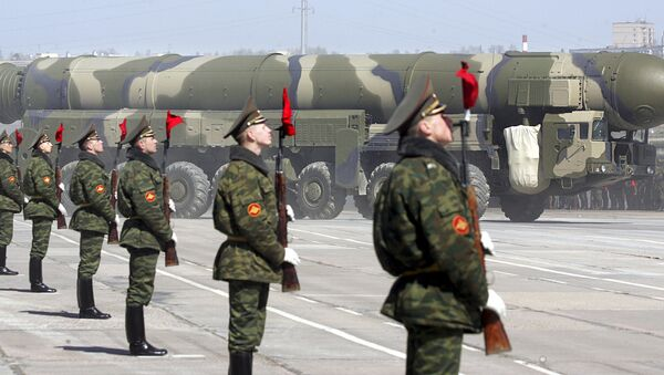 Russian soldiers stand near a Topol-M ICBM while participating in a rehearsal for the nation's Victory Day parade outside Moscow in Alabino on April 22, 2008 - Sputnik Italia