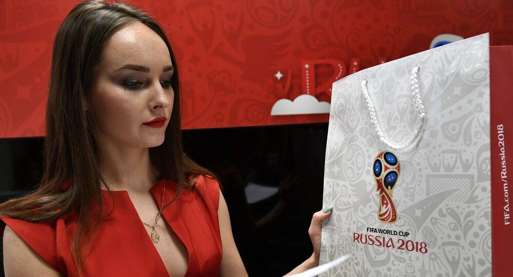 Una ragazza all'apertura del centro di vendita dei biglietti dei Mondiali