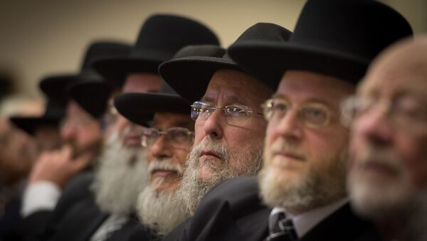 Rabbis and members of the Orthodox Jewish community attend the Installation of Chief Rabbi Ephraim Mirvis as the 11th Chief Rabbi of the United Hebrew Congregations of the UK and the Commonwealth during a ceremony at the St John's Wood Synagogue in north London on Spetember 1, 2013. - Sputnik Italia