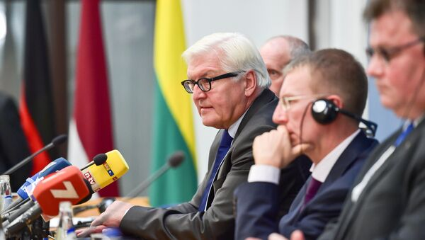 (L-R) Estonia's Foreign Deputy Minister for EU Affairs Matti Maasikas, Germany's Foreign Minister Frank-Walter Steinmeier, Latvia's Foreign Minister Edgars Rinkevics and Lithuania's Foreign Minister Linas Linkevicius give a press conference after the Baltic and German Foreign Ministers meeting in Riga, on September 13, 2016 - Sputnik Italia