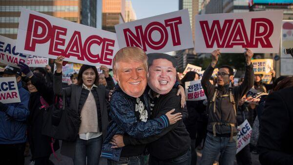 Maschere di Donald Trump e Kim Jong Un a una manifestazione a Seoul - Sputnik Italia