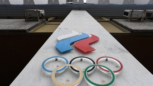 The Olympic rings are seen on the facade of the Russian Olympic Committee (ROC) building in Moscow - Sputnik Italia