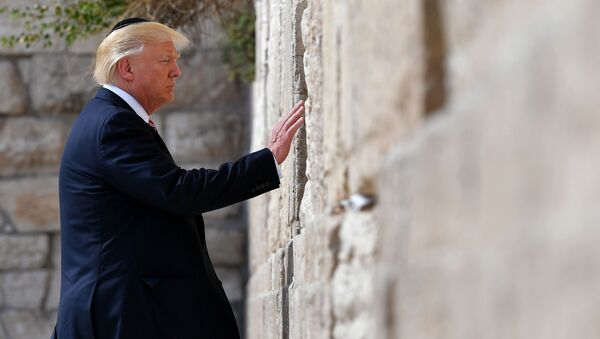 US President Donald Trump visits the Western Wall, the holiest site where Jews can pray, in Jerusalem's Old City on May 22, 2017. - Sputnik Italia